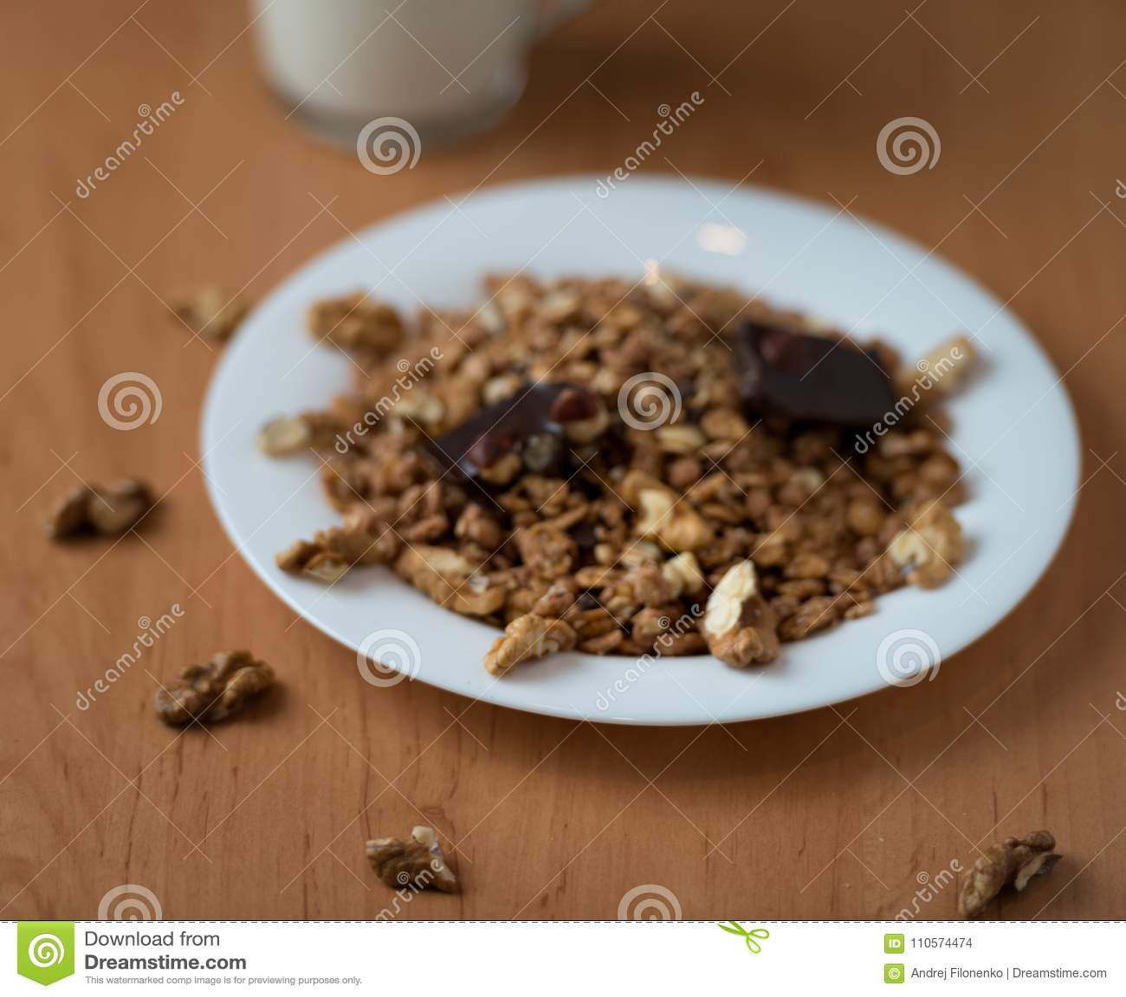 Muesli用核桃和巧克力用酸奶