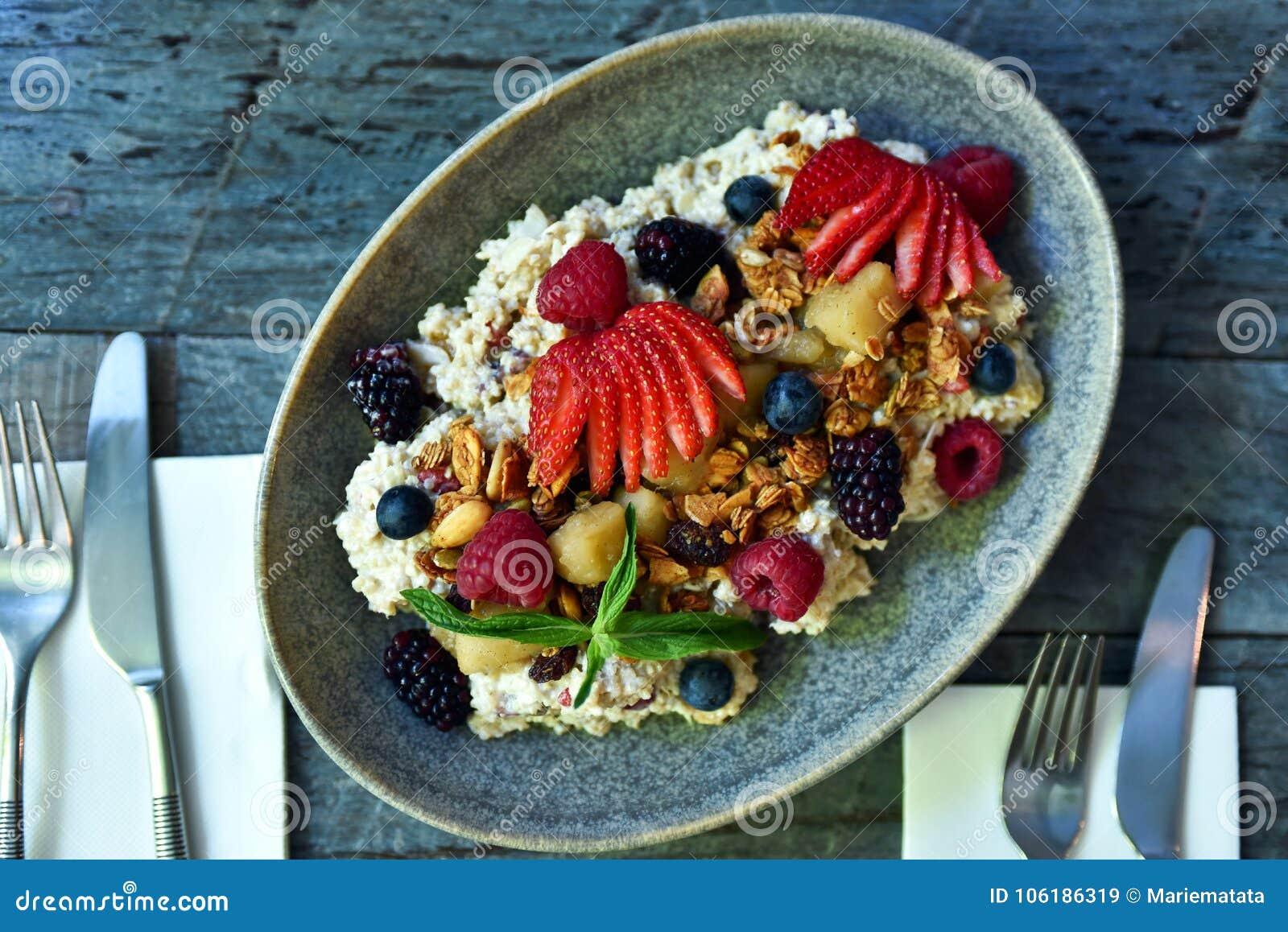Muesli śniadanie na talerzu
