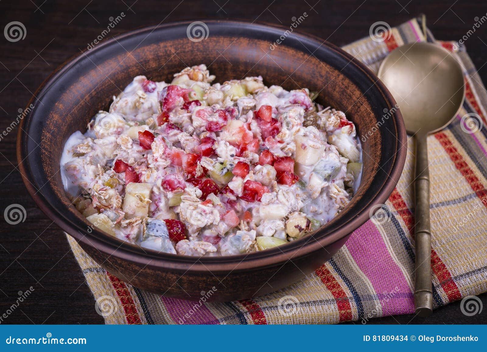 Muesli с сериями сухих плодоовощей, гаек, ягод и зерен