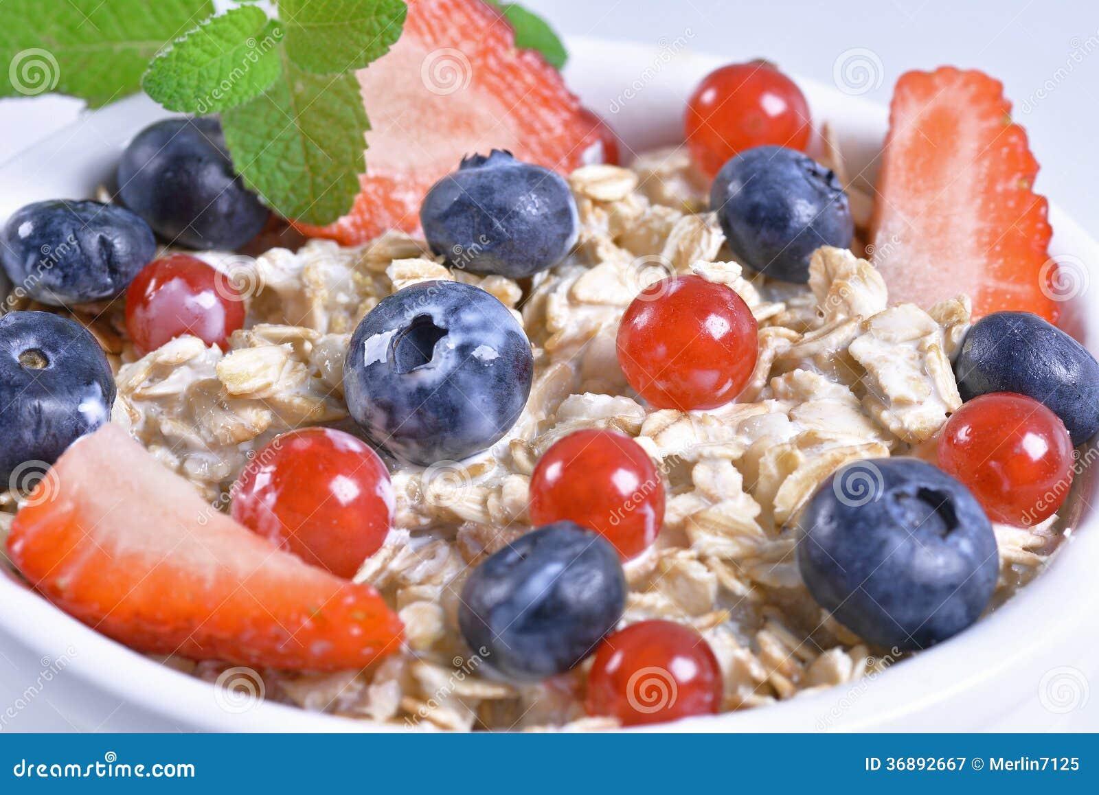 Download Muesli con le bacche immagine stock. Immagine di alimento - 36892667
