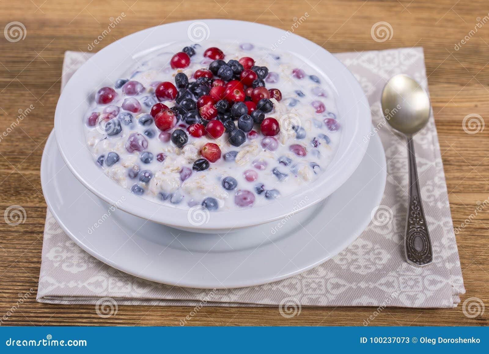 Muesli hizo de los arándanos, del arándano, de escamas de la avena con el yogur y de miel, cierre para arriba