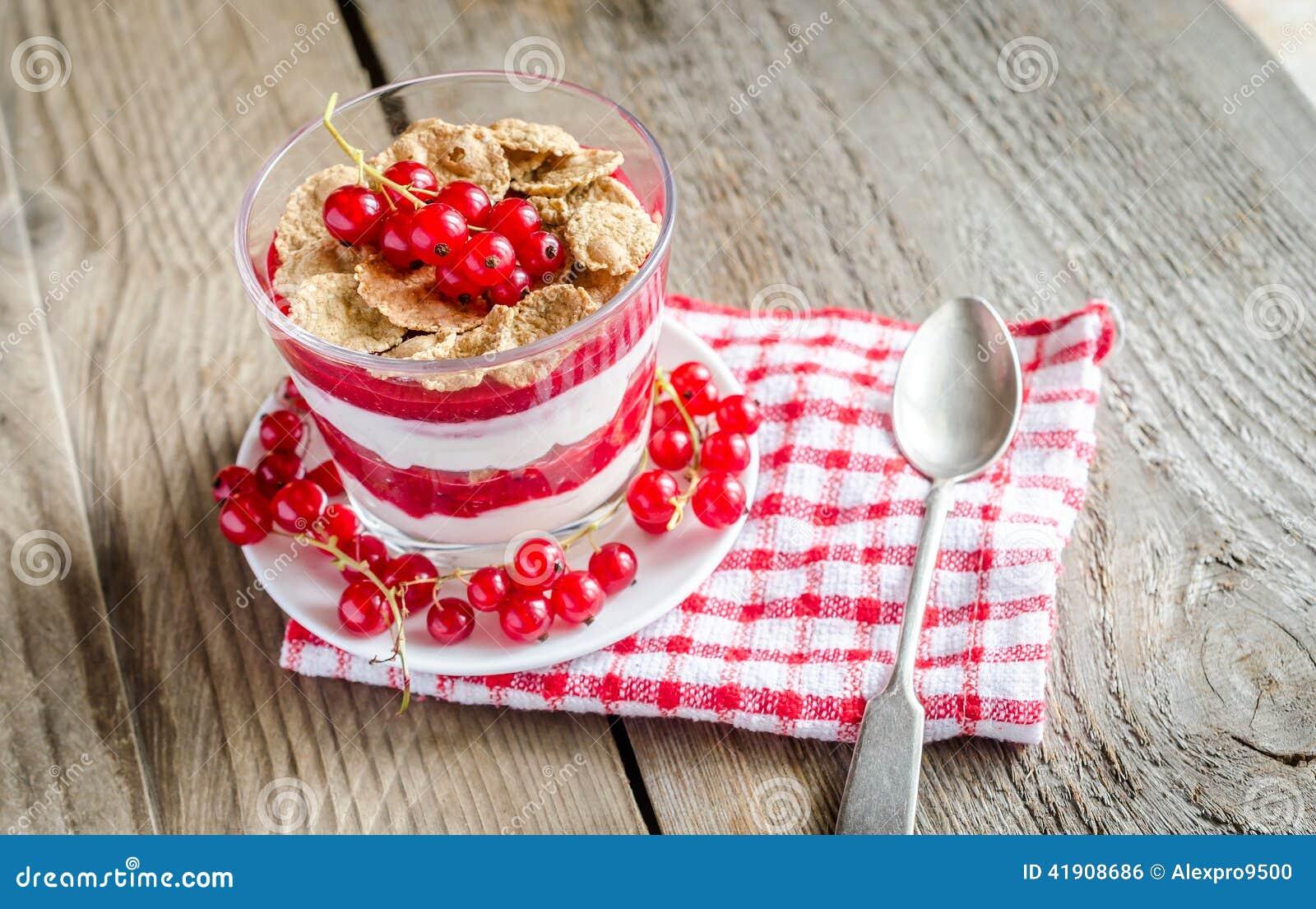 Muesli integral con la salsa y el yogur de la baya