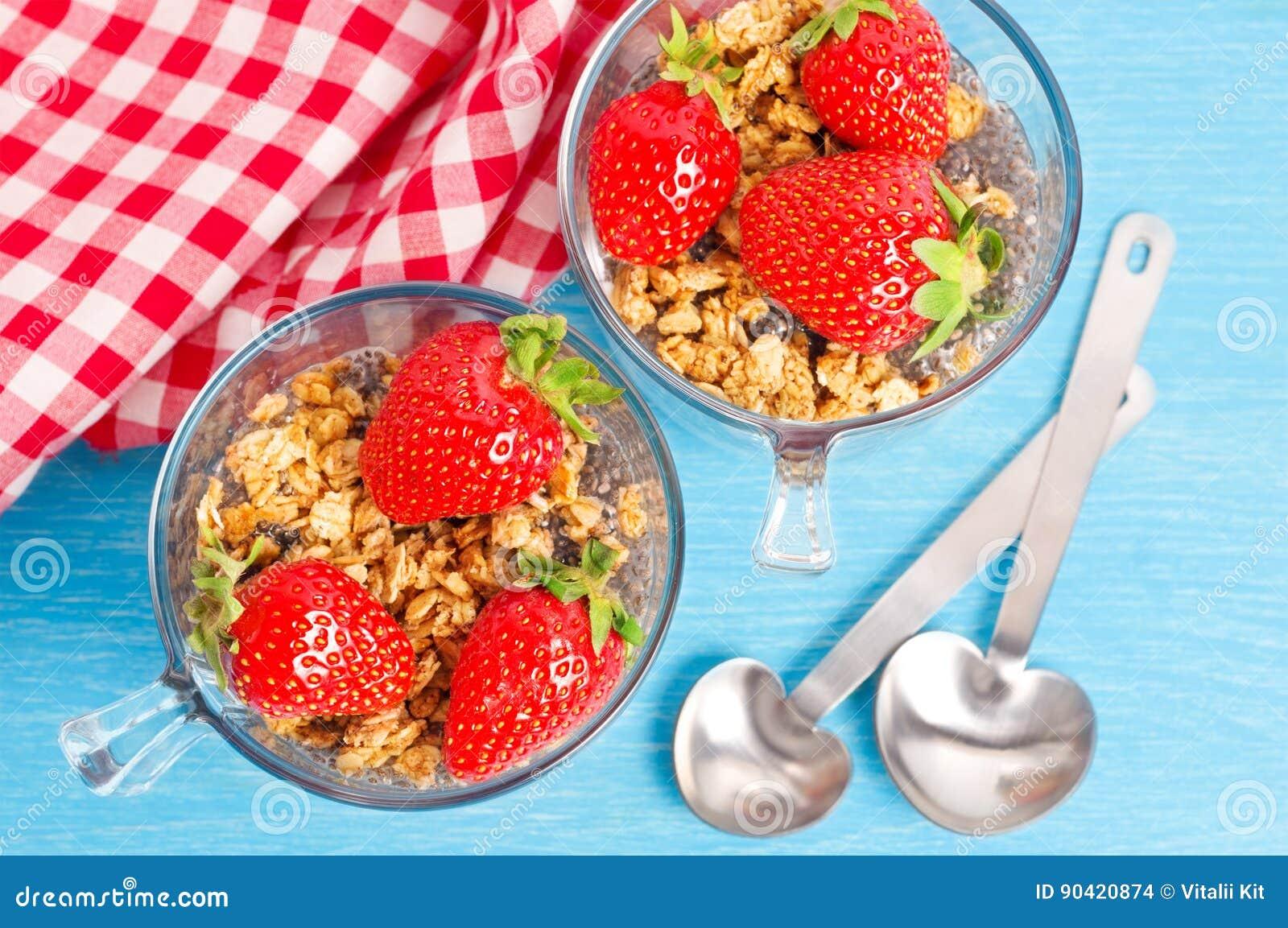 Muesli mit chia Pudding und Erdbeeren