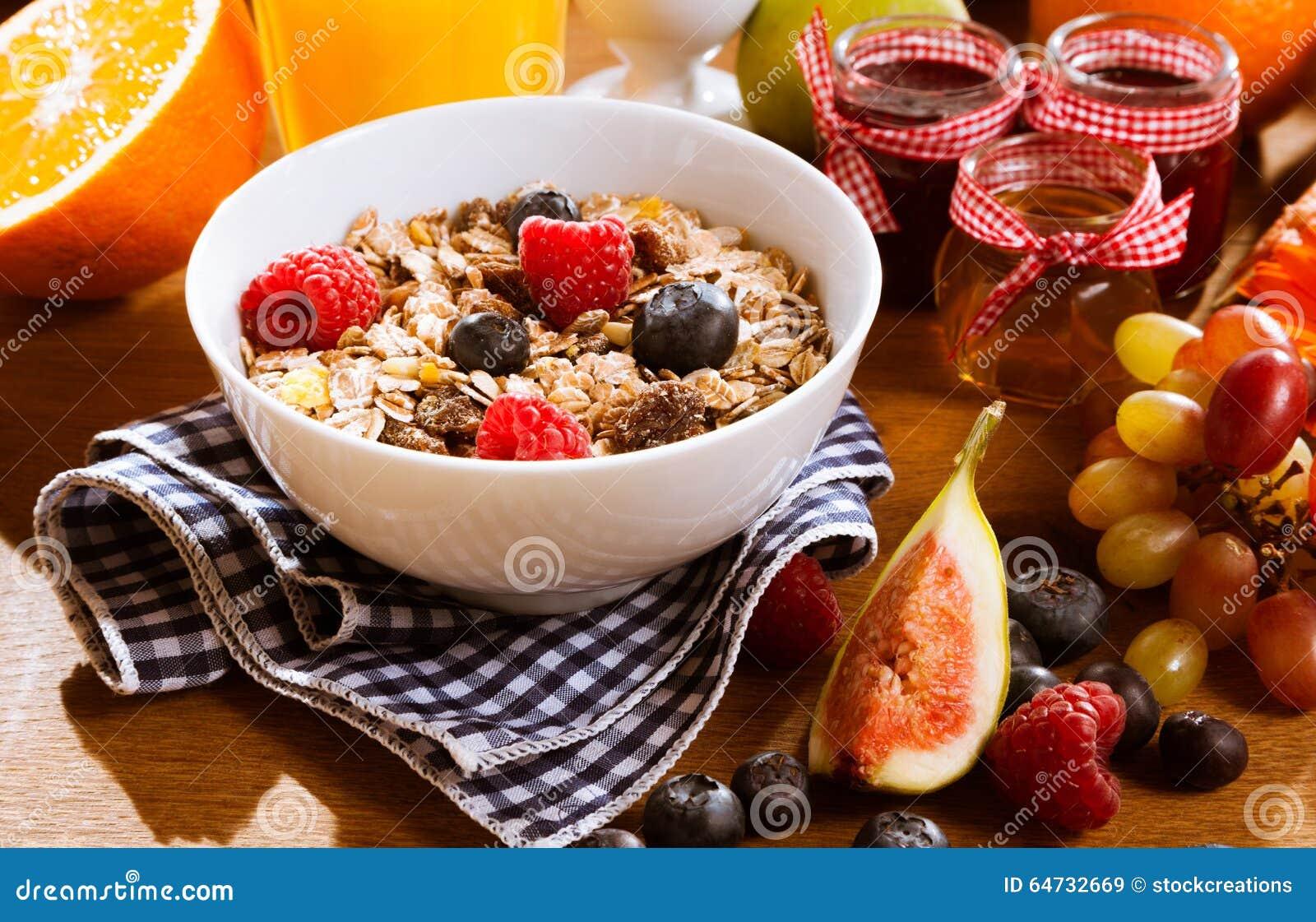 Muesli sani con le bacche e la frutta fresche