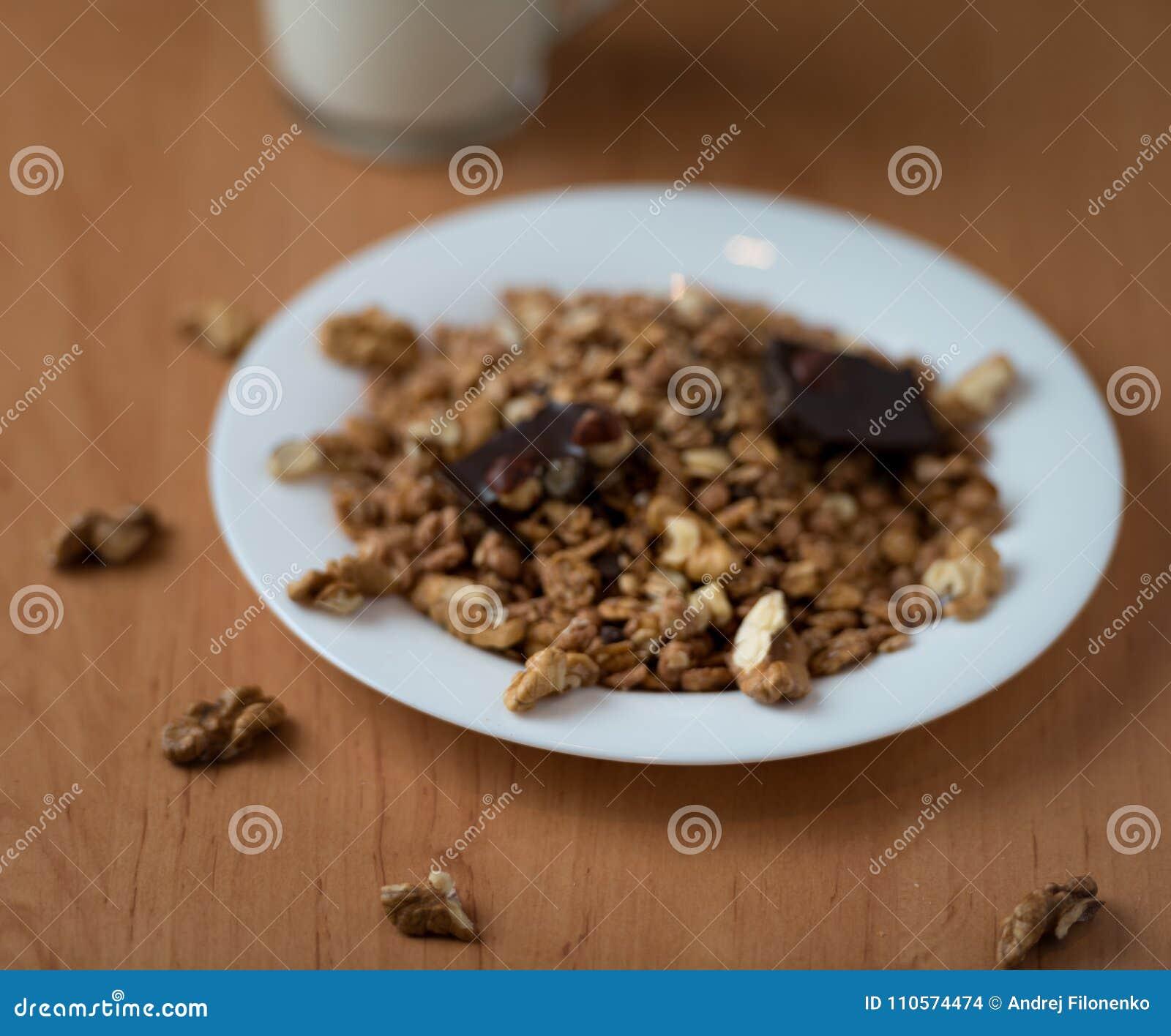 Muesli z orzechami włoskimi i czekoladą z jogurtem