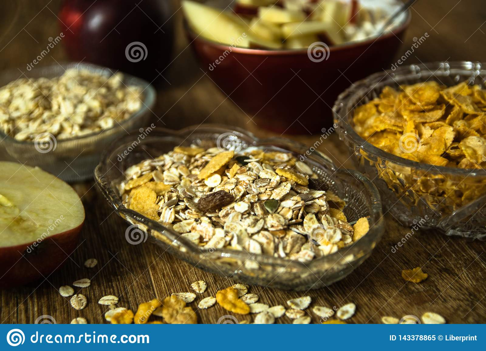 Muesli z wysuszonym - owoc, Jęczmienny płatek, świeży organicznie czerwony jabłko i kukurydzani płatki,