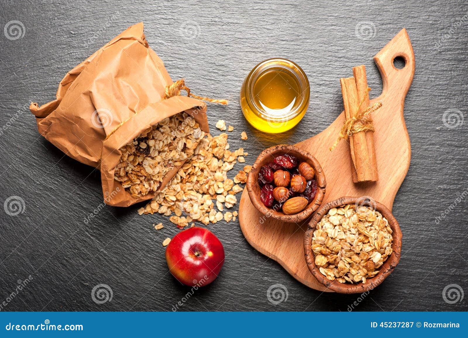 Muesligranola, honing, noten en droge bessen