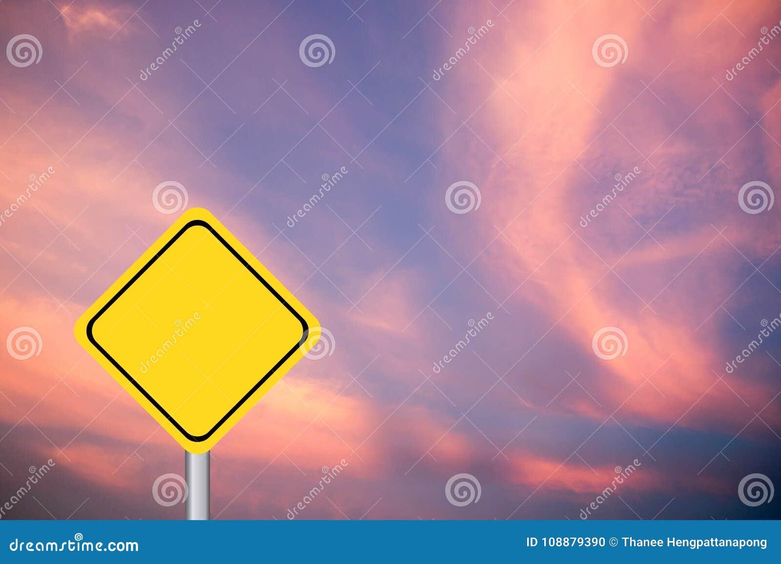 Muestra amarilla en blanco del transporte del diamante en el cielo púrpura y rosado
