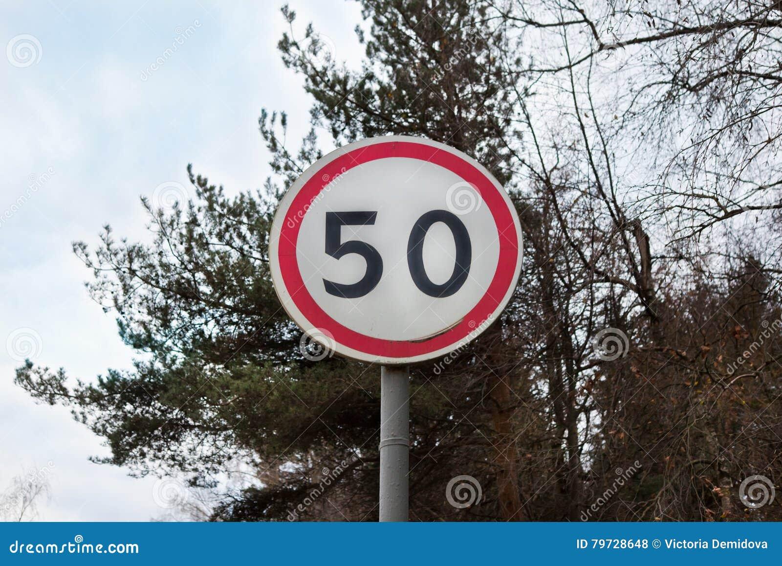 Muestra con límite de velocidad en el camino