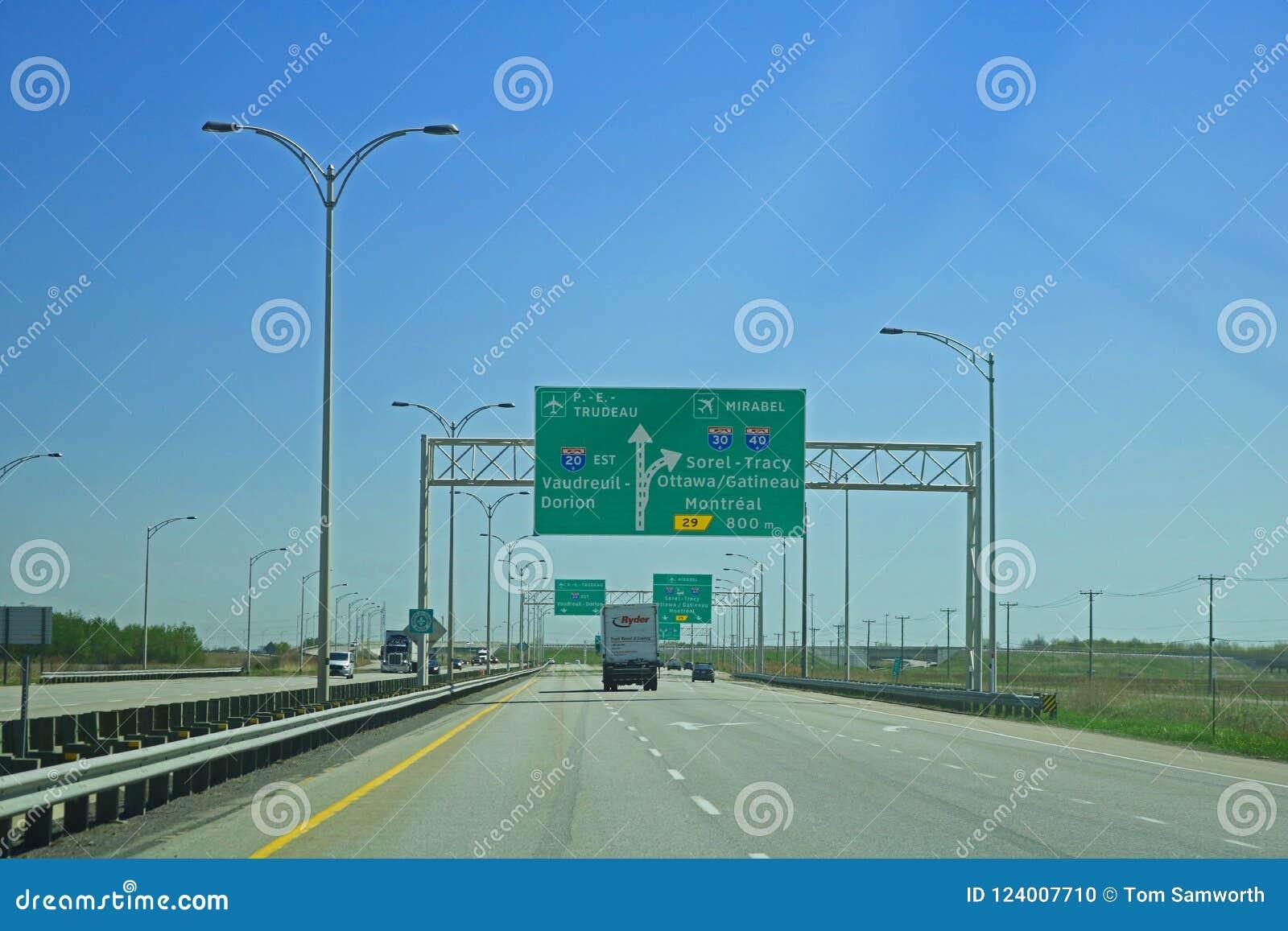Muestra de la carretera que entra en Montreal, Quebec, Canadá