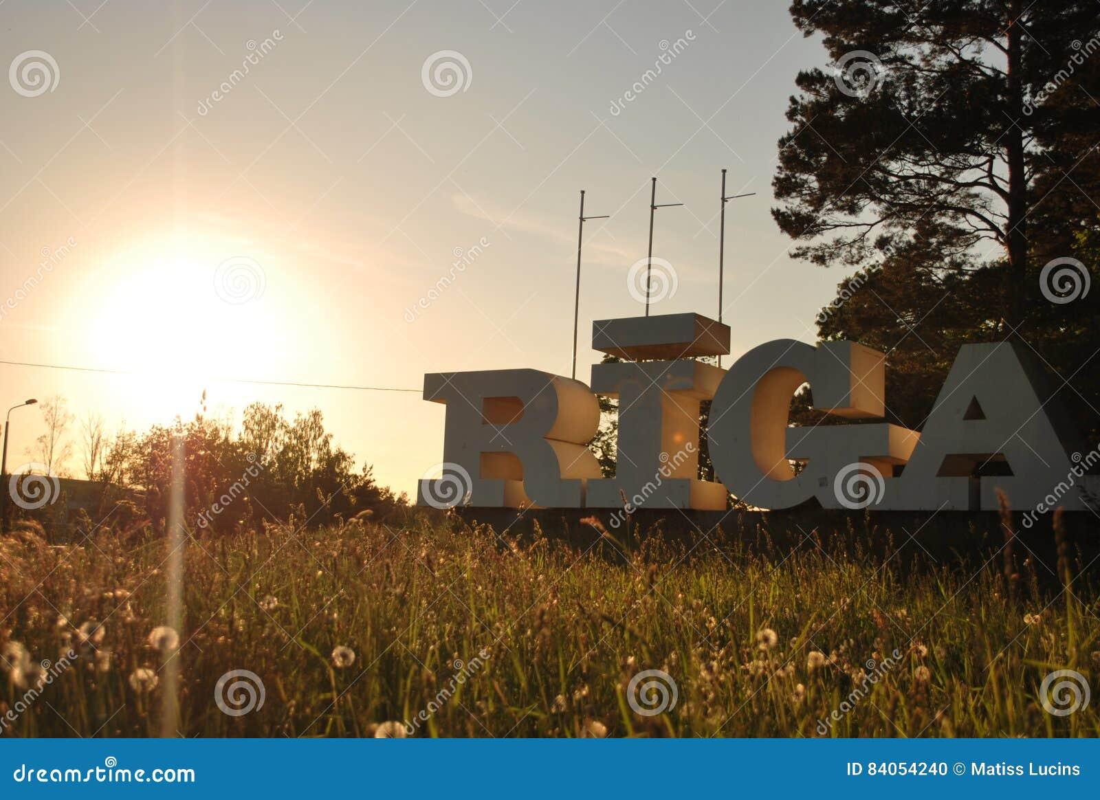 Muestra de la ciudad Riga en puesta del sol
