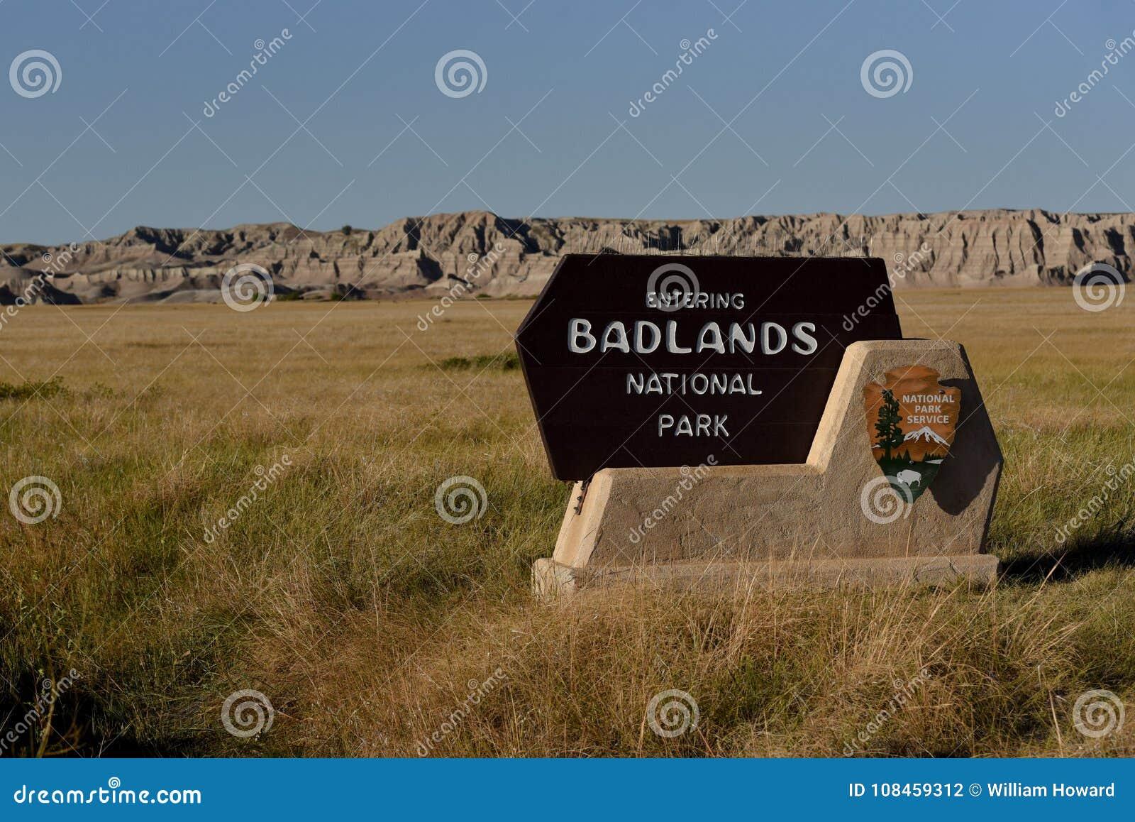 Muestra de la entrada del parque nacional de los Badlands con los Badlands en fondo