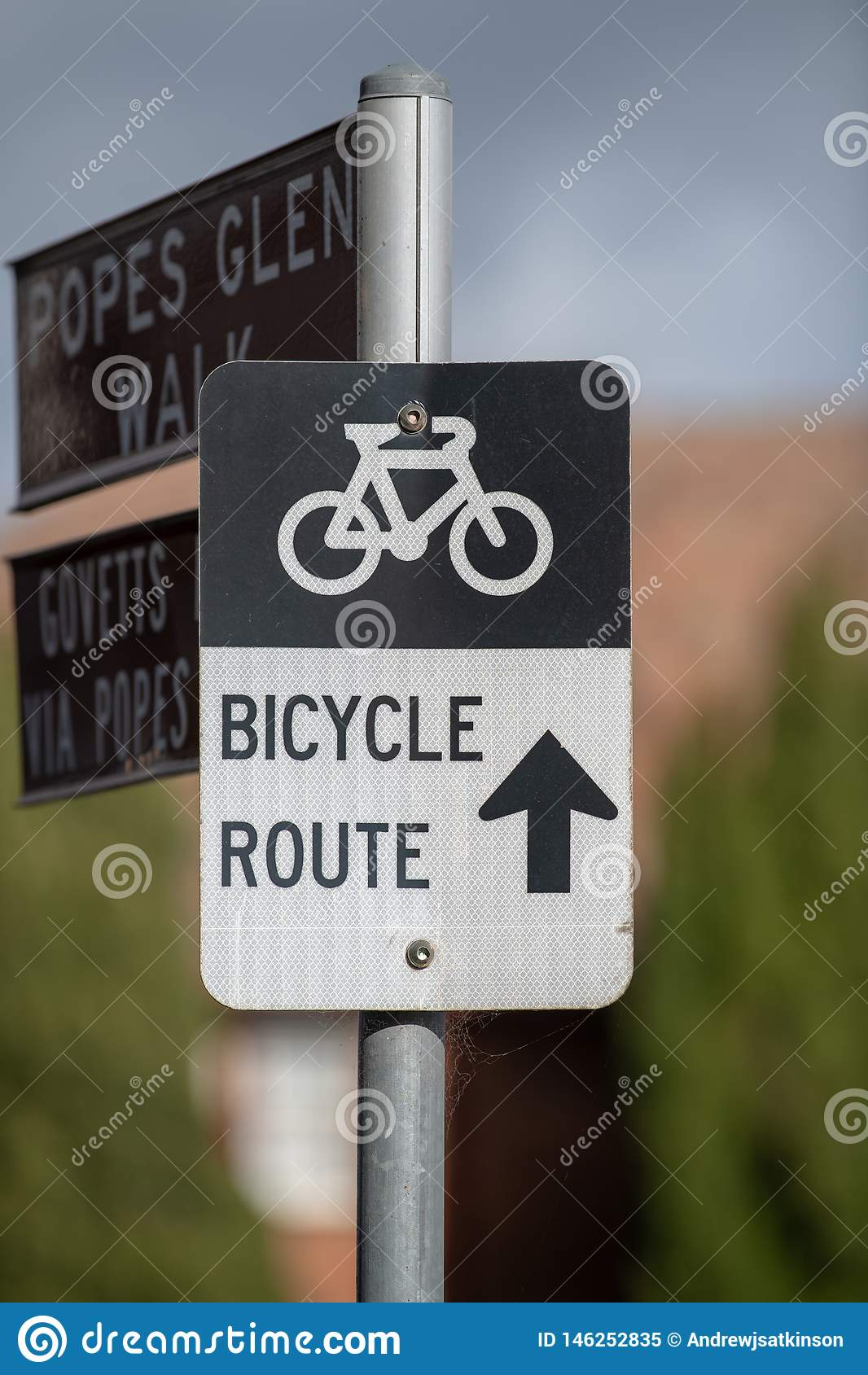 Muestra de la ruta de la bicicleta en la calle principal en Blackheath