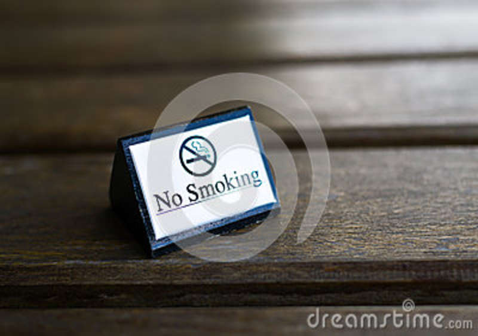 Muestra de no fumadores blanca exhibida