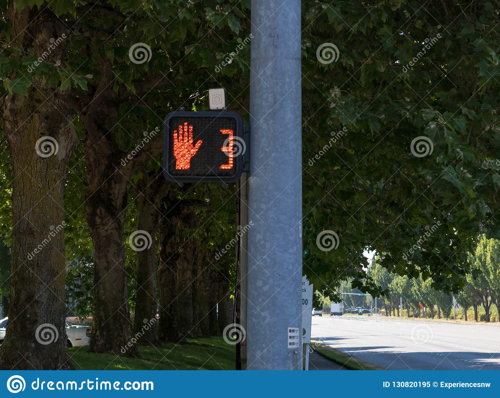 Muestra del símbolo de la mano del paso de peatones en posts