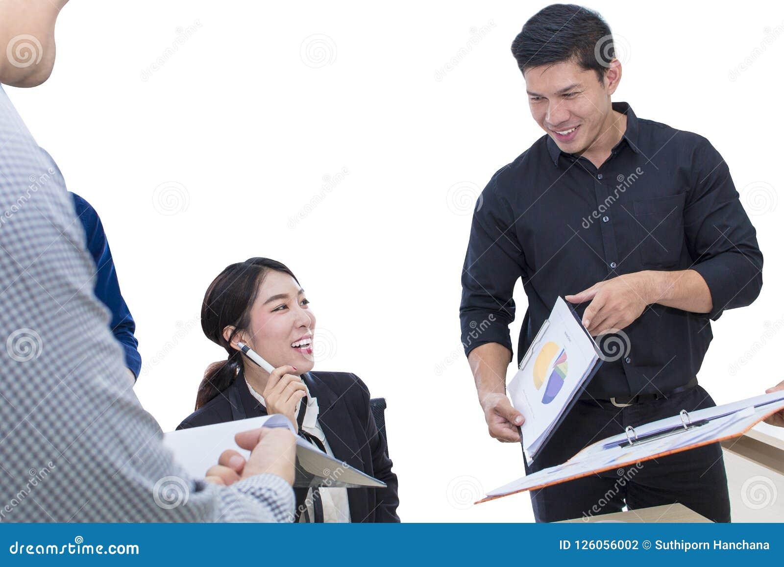 Muestra joven de la empresaria un documento y una reunión con negocio