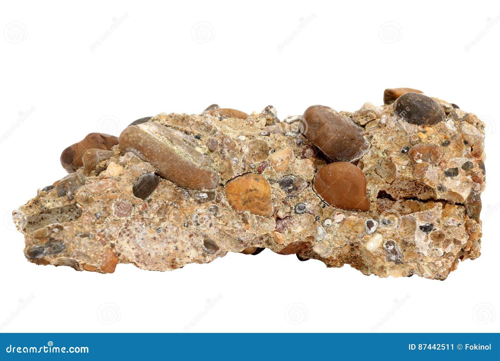 Muestra natural de roca conglomerada de la grava y de los guijarros cementados en el fondo blanco