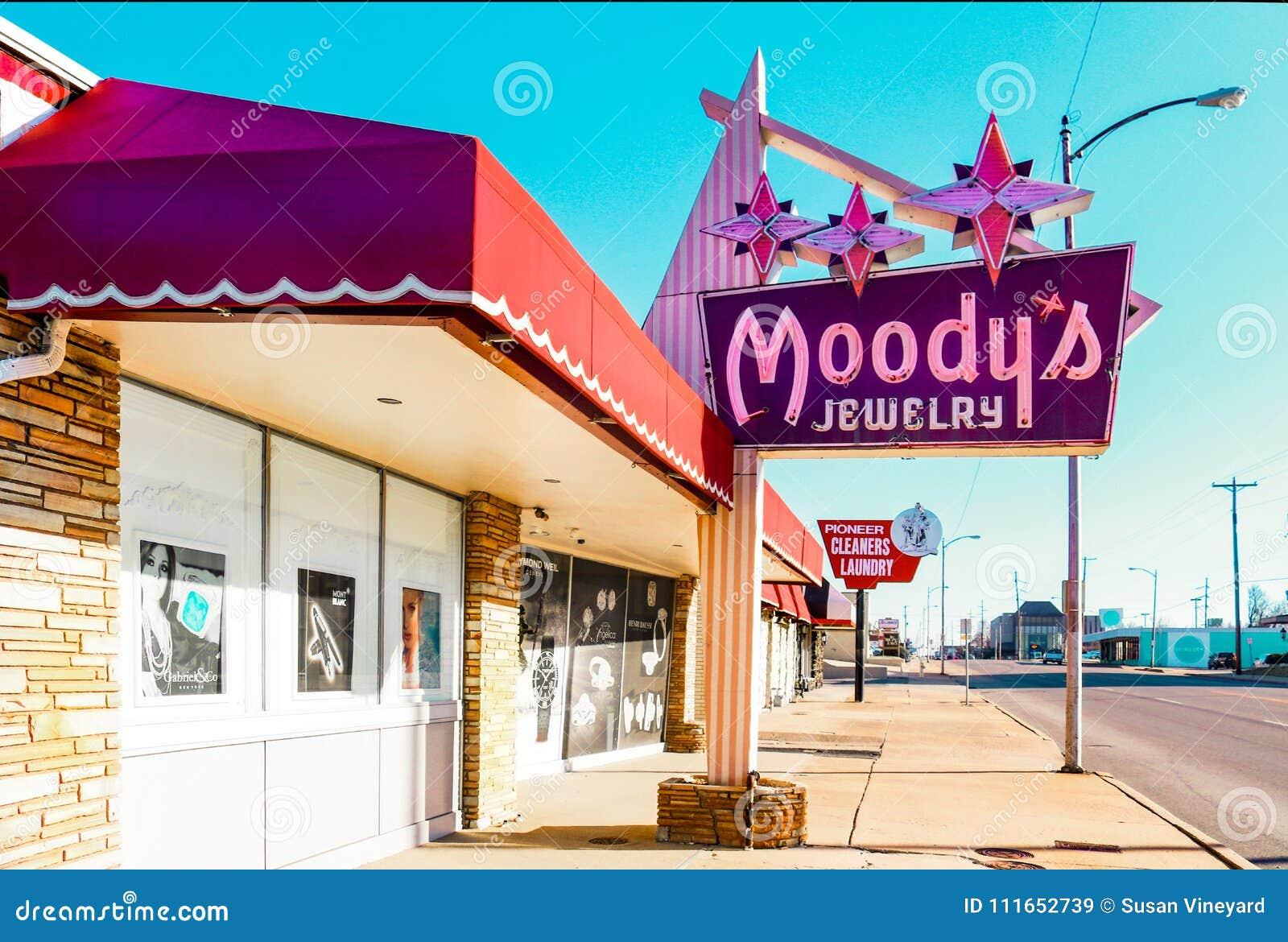 Muestras de la joyería y del limpiador-lavadero del vintage en Yale Avenue cerca de Route 66 en Tulsa Oklahoma los E.E.U.U. 3-7-2