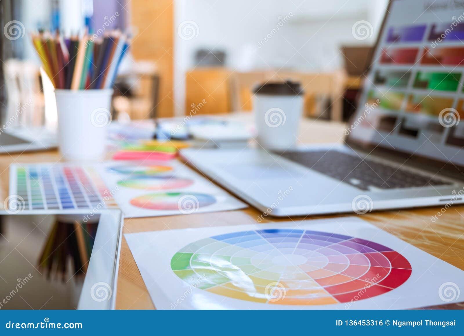 Muestras de la muestra de la herramienta y del color del objeto del diseñador gráfico en el espacio de trabajo