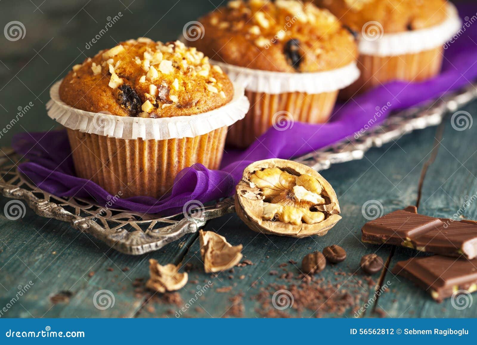 Download Muffin κέικ στον ασημένιο δίσκο Στοκ Εικόνες - εικόνα από muffin, μαγείρεμα: 56562812