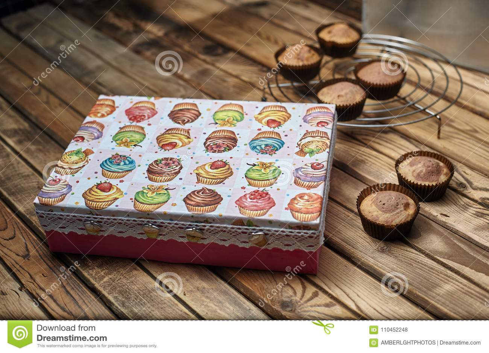 Muffin bredvid en gåvaask på en trätabell