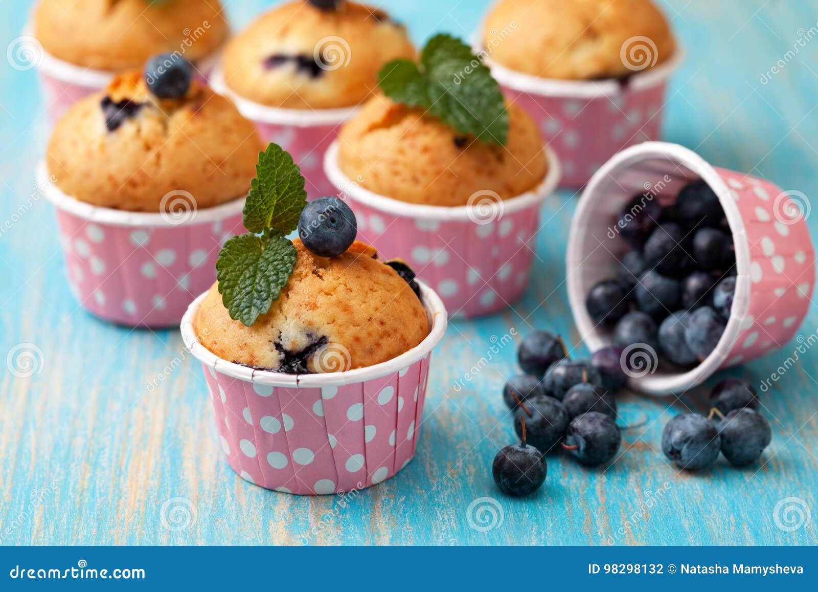 Muffin de blueberry em casos cor-de-rosa