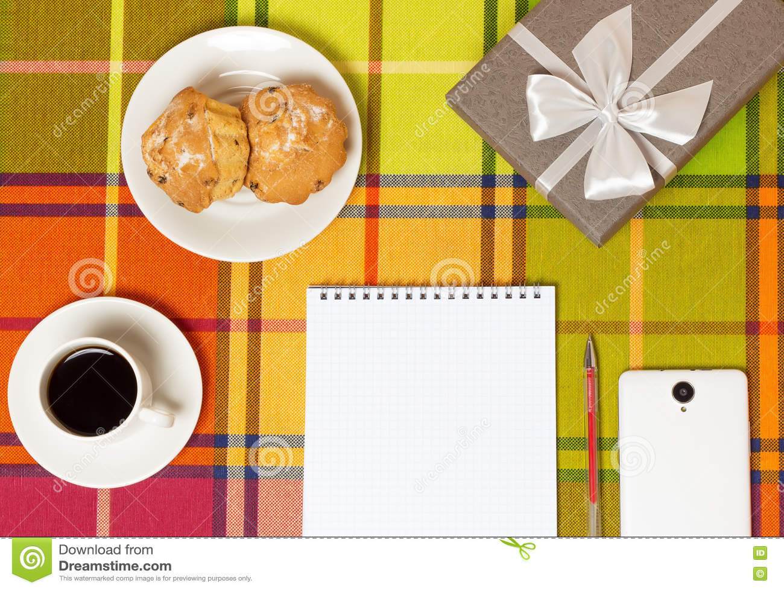 Muffins καφέ smartphone στον πίνακα