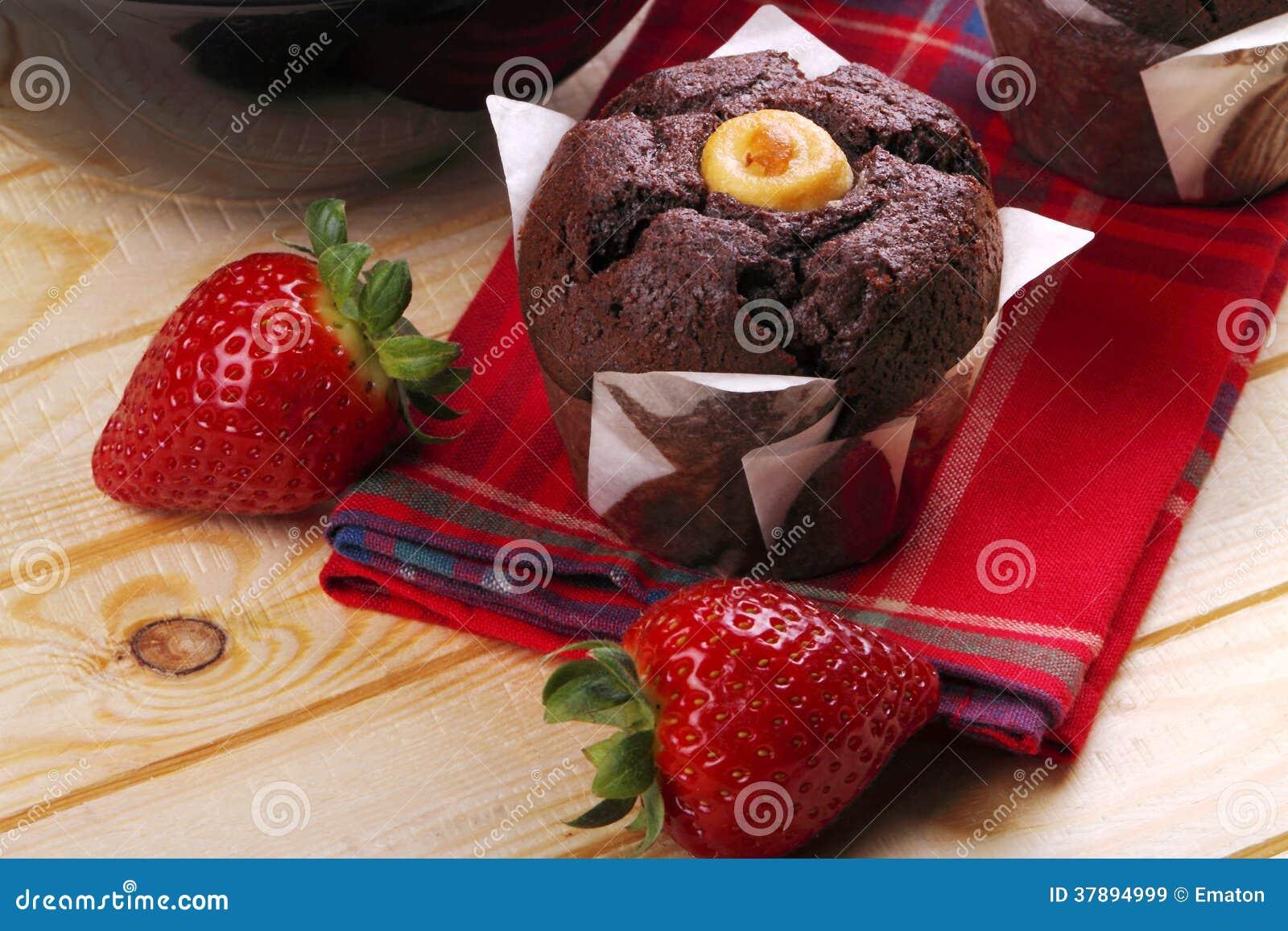 Muffins en aardbeien voor ontbijt