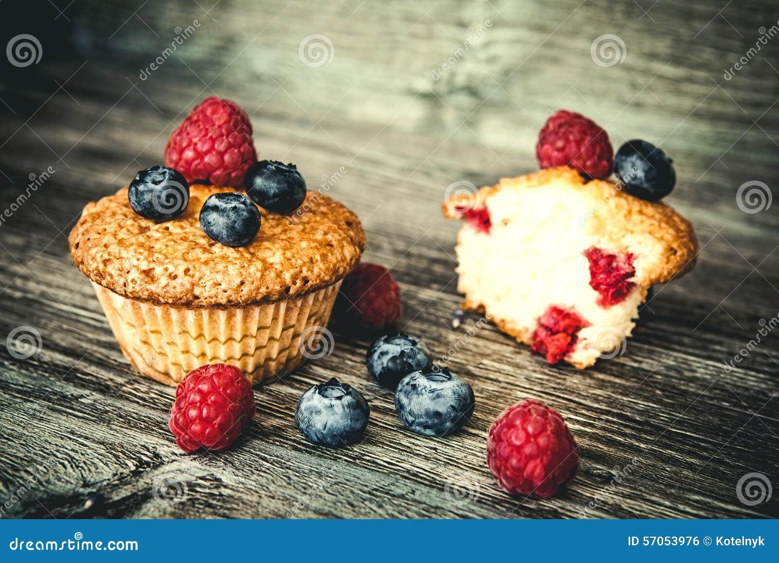 Muffins met bosbessen en frambozen
