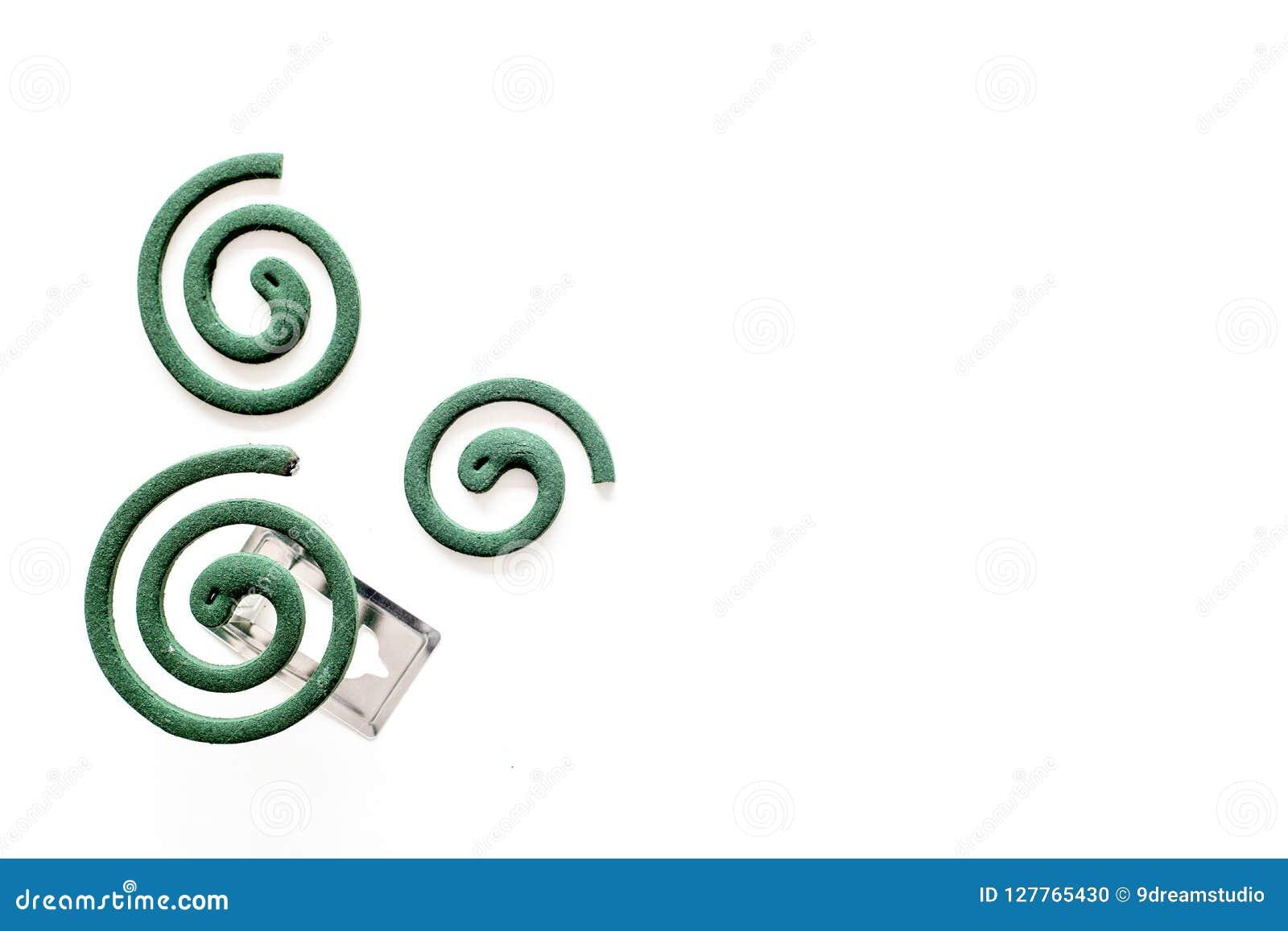 Mugafweermiddel voor openlucht: tuin, de zomerhuis, picknick Groene spiraal op de witte ruimte van het achtergrond hoogste mening