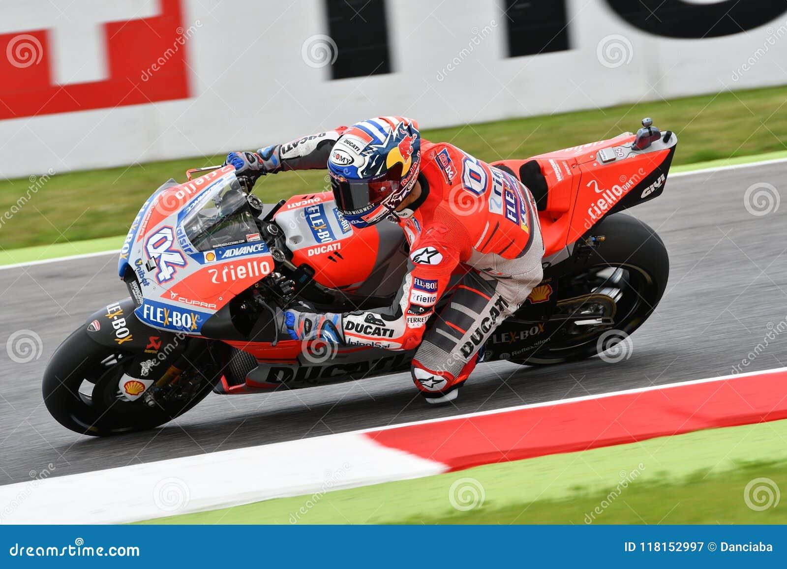 MUGELLO - ITALIE, LE 2 JUIN : Cavalier Andrea Dovizioso d équipe de Ducati d Italien pendant la session de qualification au génér