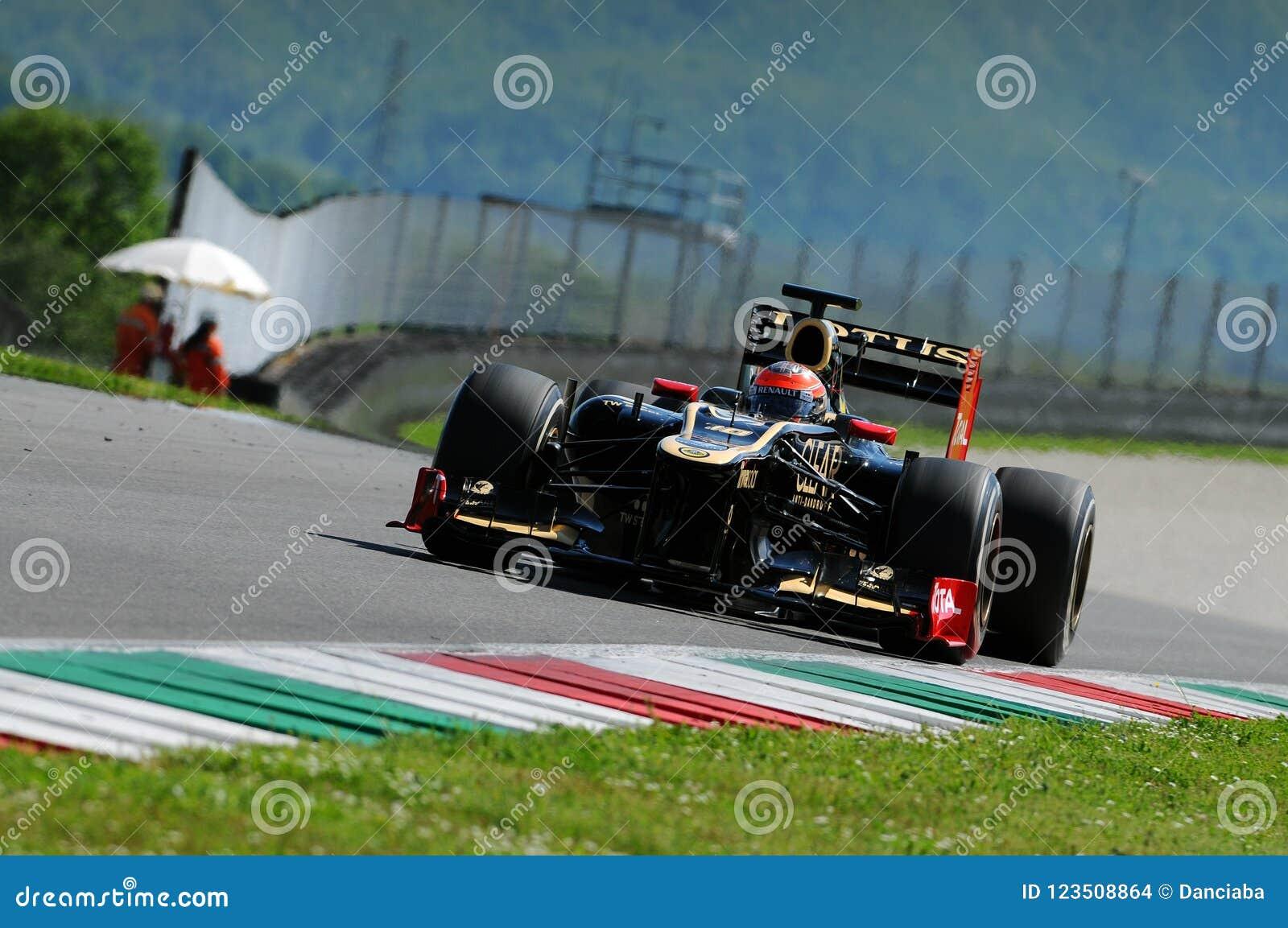 MUGELLO, ITALIE - MAI 2012 : Romain Grosjean de Lotus Renault F1 conduit pendant la session d essai dans le circuit de Mugello, I
