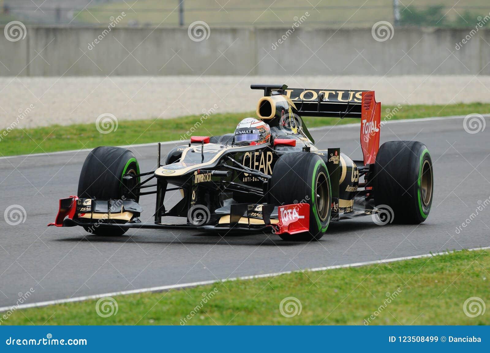 MUGELLO WŁOCHY, MAJ, - 2012: Jerome d ` Ambrosio Lotosowy Renault F1 jedzie podczas probierczej sesi w Mugello obwodzie, Włochy