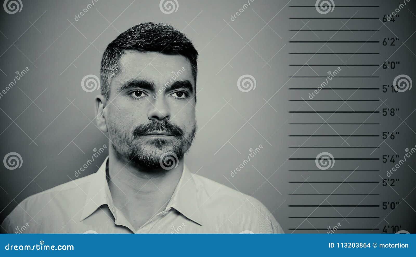 Mugshot av fången, manlig brottsling som får fotograferad på polisstationen stock video