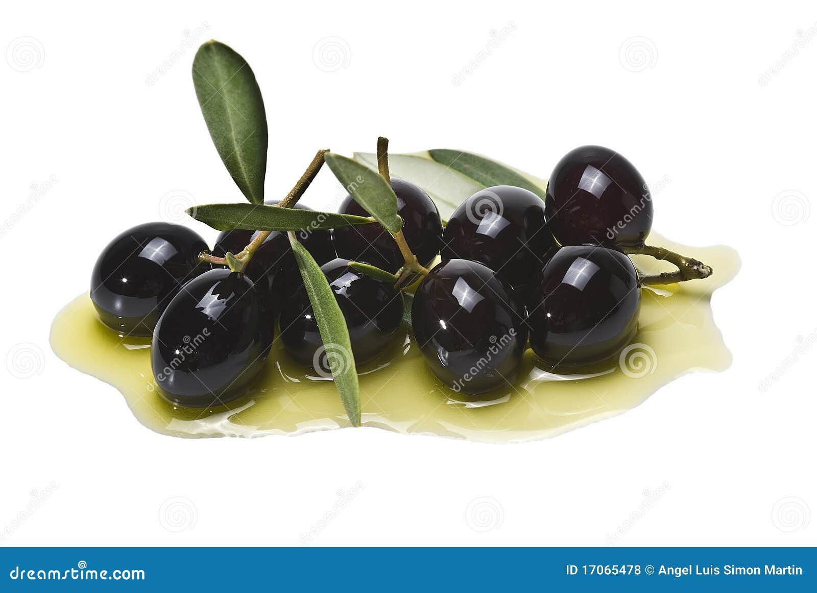 Muitas azeitonas pretas no petróleo verde-oliva.