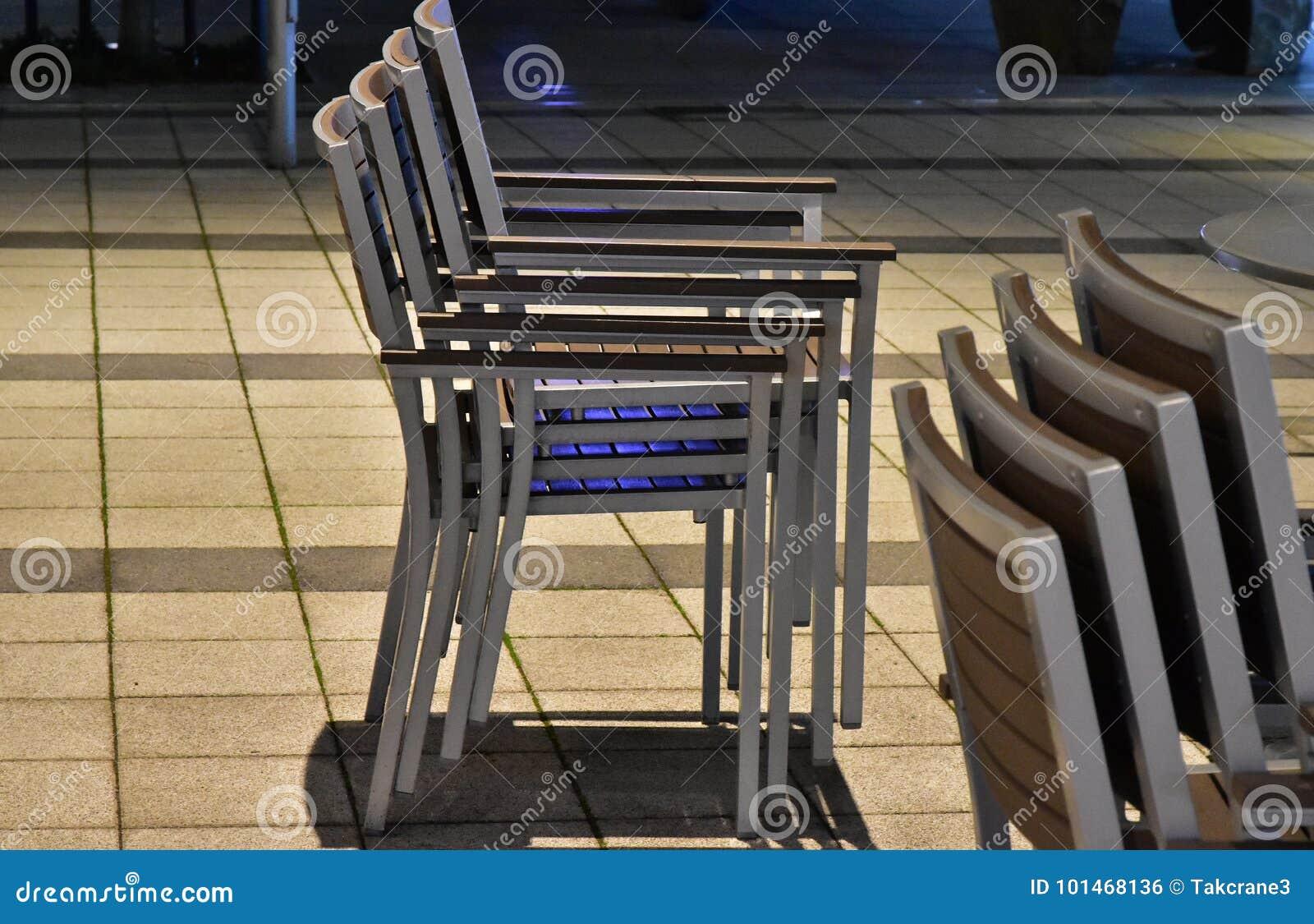 Muitas cadeiras que foram empilhadas acima