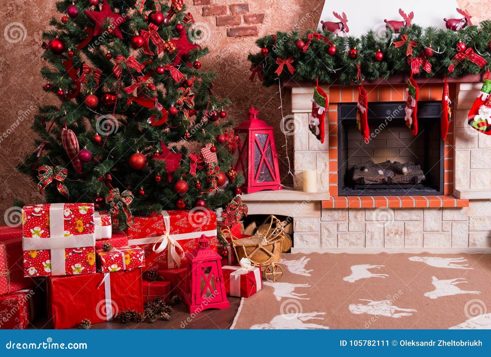Muitas caixas com os presentes sob a árvore de Natal