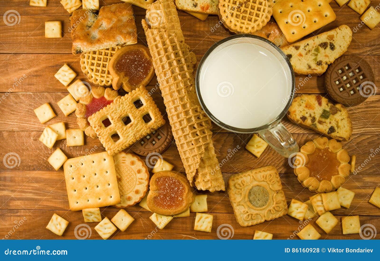 Muitas cookies deliciosas e leite no close-up da tabela