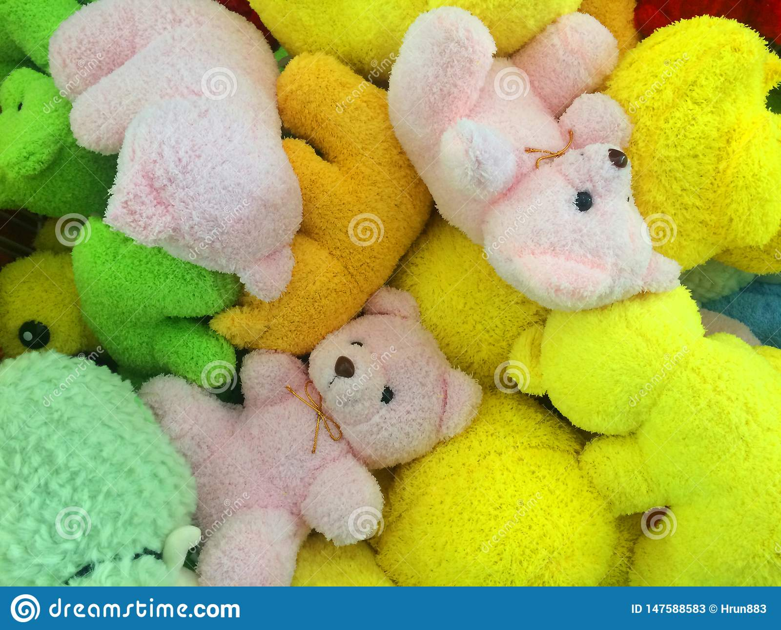 Muitas cores dos ursos de peluche unidos