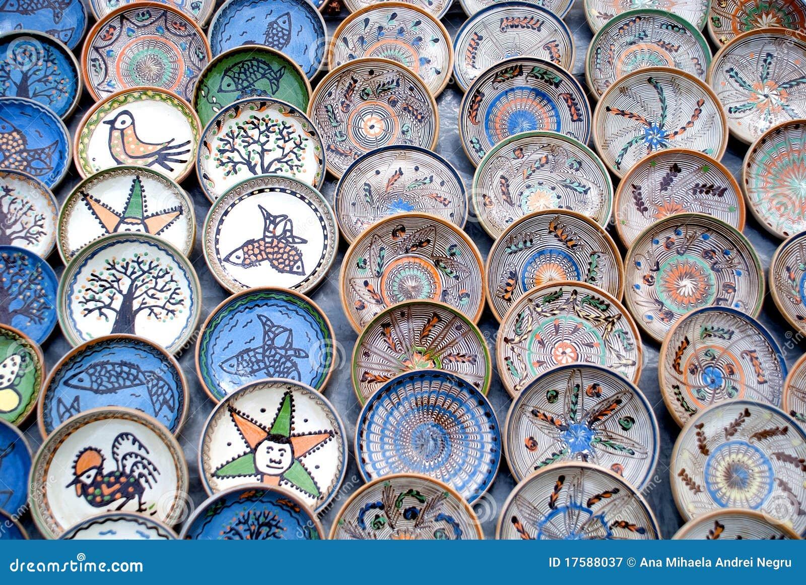 Muitas placas romenas tradicionais da cerâmica