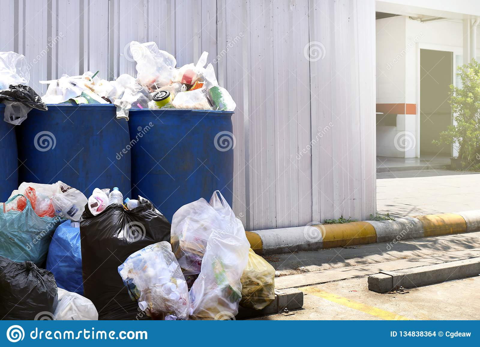 Muito a pilha do desperdício na cor azul do escaninho plástico para recicla a parede dianteira do zinco do ar livre do desperdíci