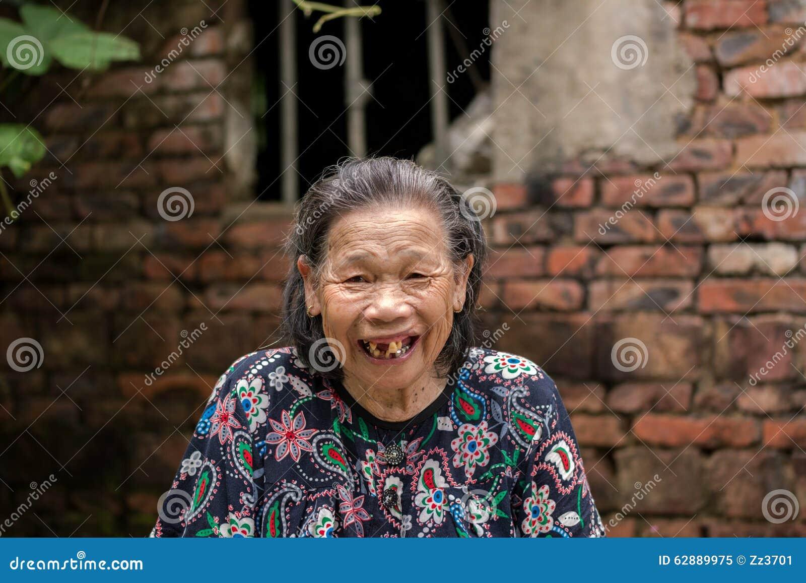 Muito riso da mulher adulta