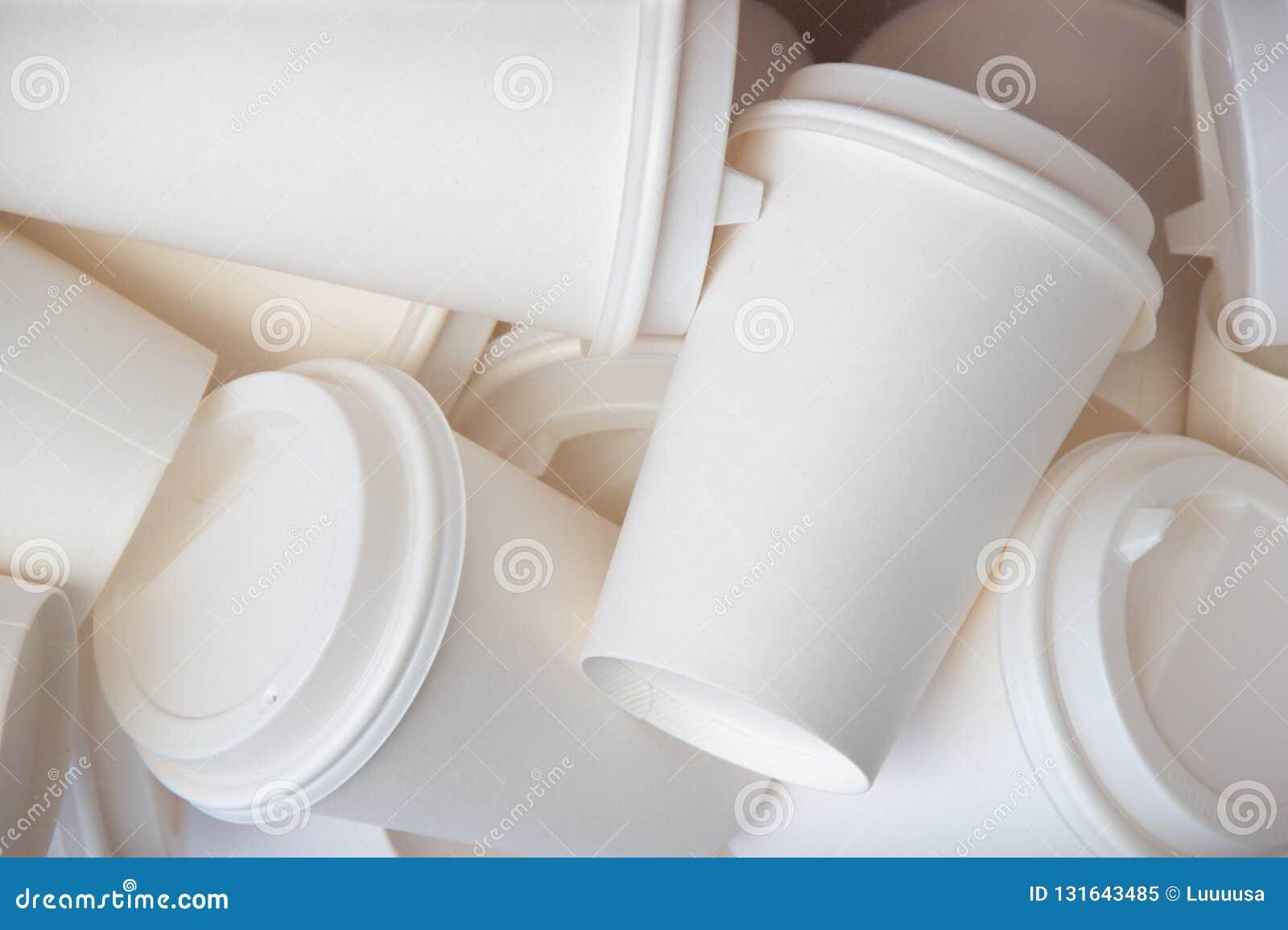 Muitos anulam para levar embora acima o fundo branco dos copos de café trocista