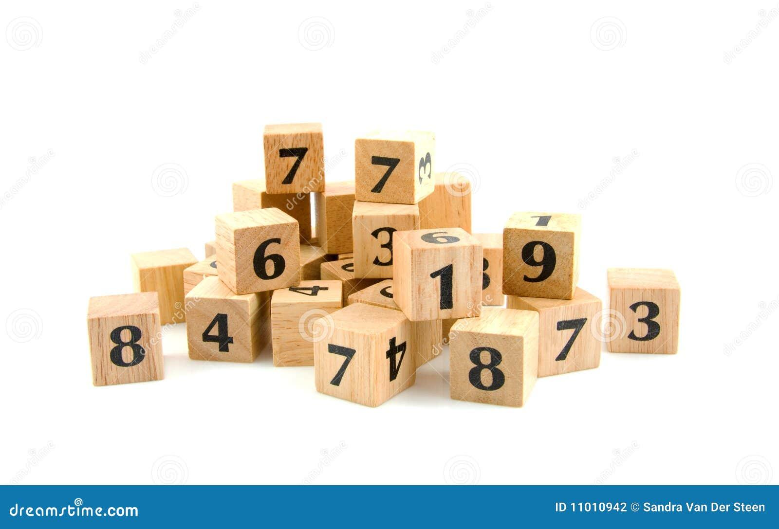 Muitos blocos de madeira com números
