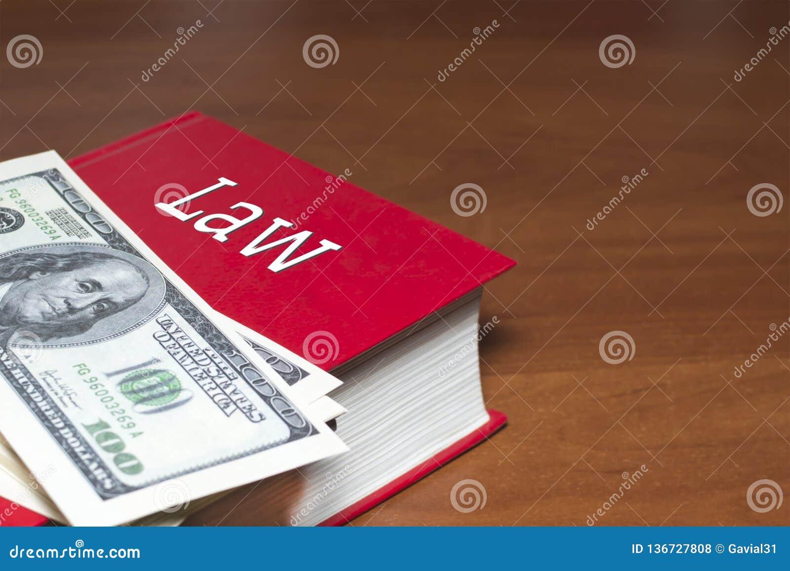 Muitos dólares em um livro vermelho No livro há uma inscrição da lei