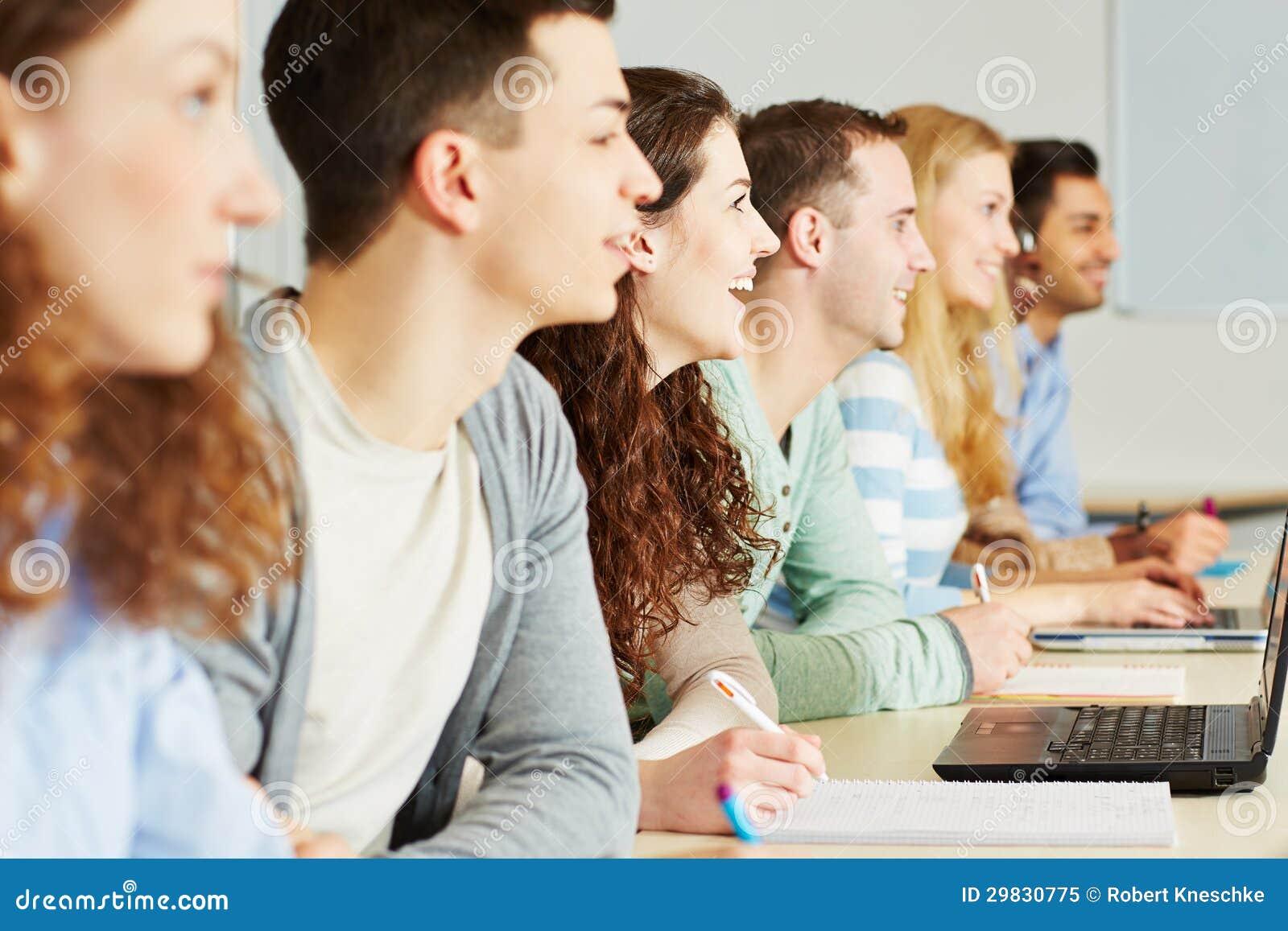 Estudantes que aprendem na sala de aula