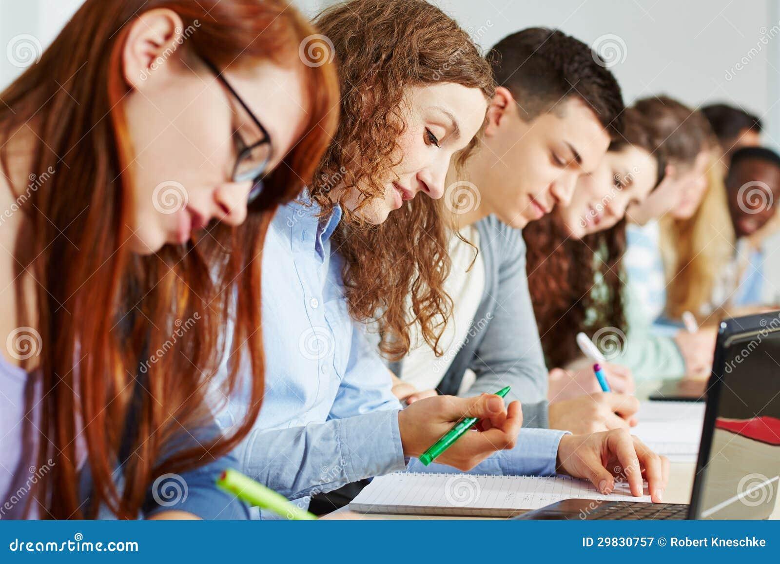 Estudantes que aprendem na turma escolar
