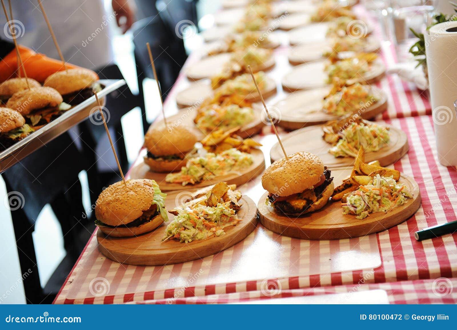 Muitos hamburgueres com potoes livram