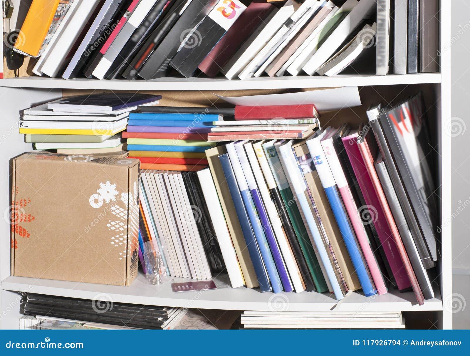 Muitos Livros Diferentes Nas Prateleiras, Em Um Armário