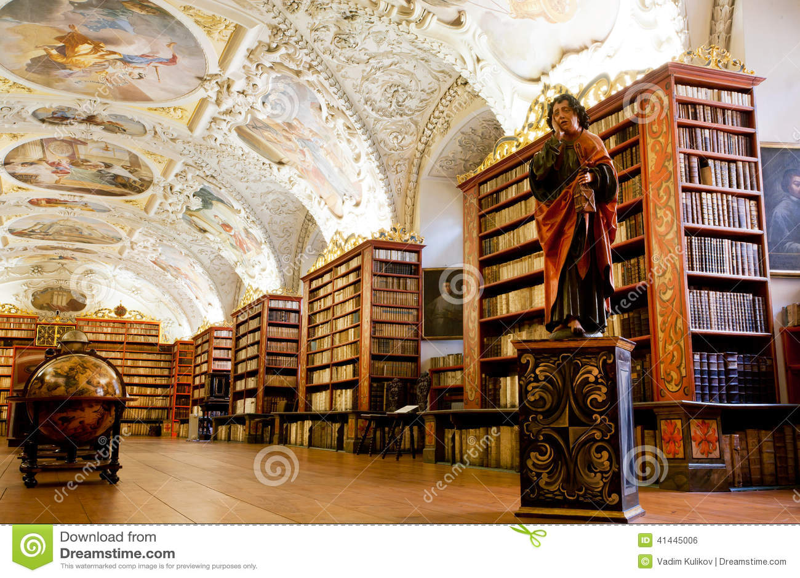 Muitos livros velhos na biblioteca